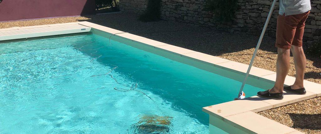 Pour remettre en route votre piscine Aquilus, pensez bien nettoyer le bassin et ses abords.