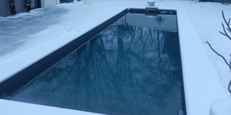 Piscine rectangulaire Aquilus sous la neige - hivernage actif du bassin