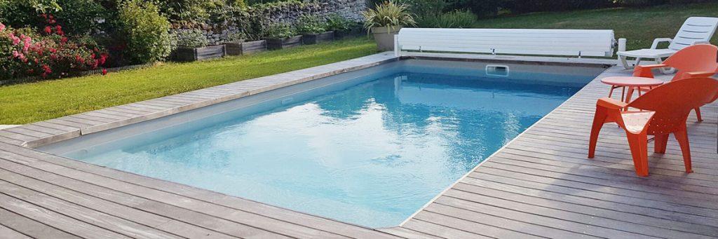 Couverture de piscine : le Volet Hors sol est le compromis idéal entre la bâche à barre et le volet immergée plus onéreux.